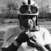 La F1 selon Felice Bonetto : Relax, en chemisette, la cigarette au bec.